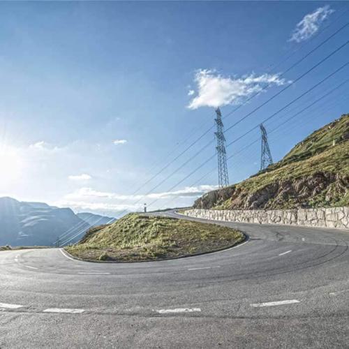 Fahrt über Alpenpässe für Senioren.
