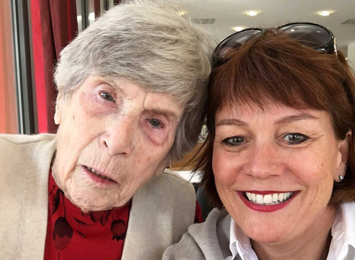 Seniorin mit Christine Thaddey