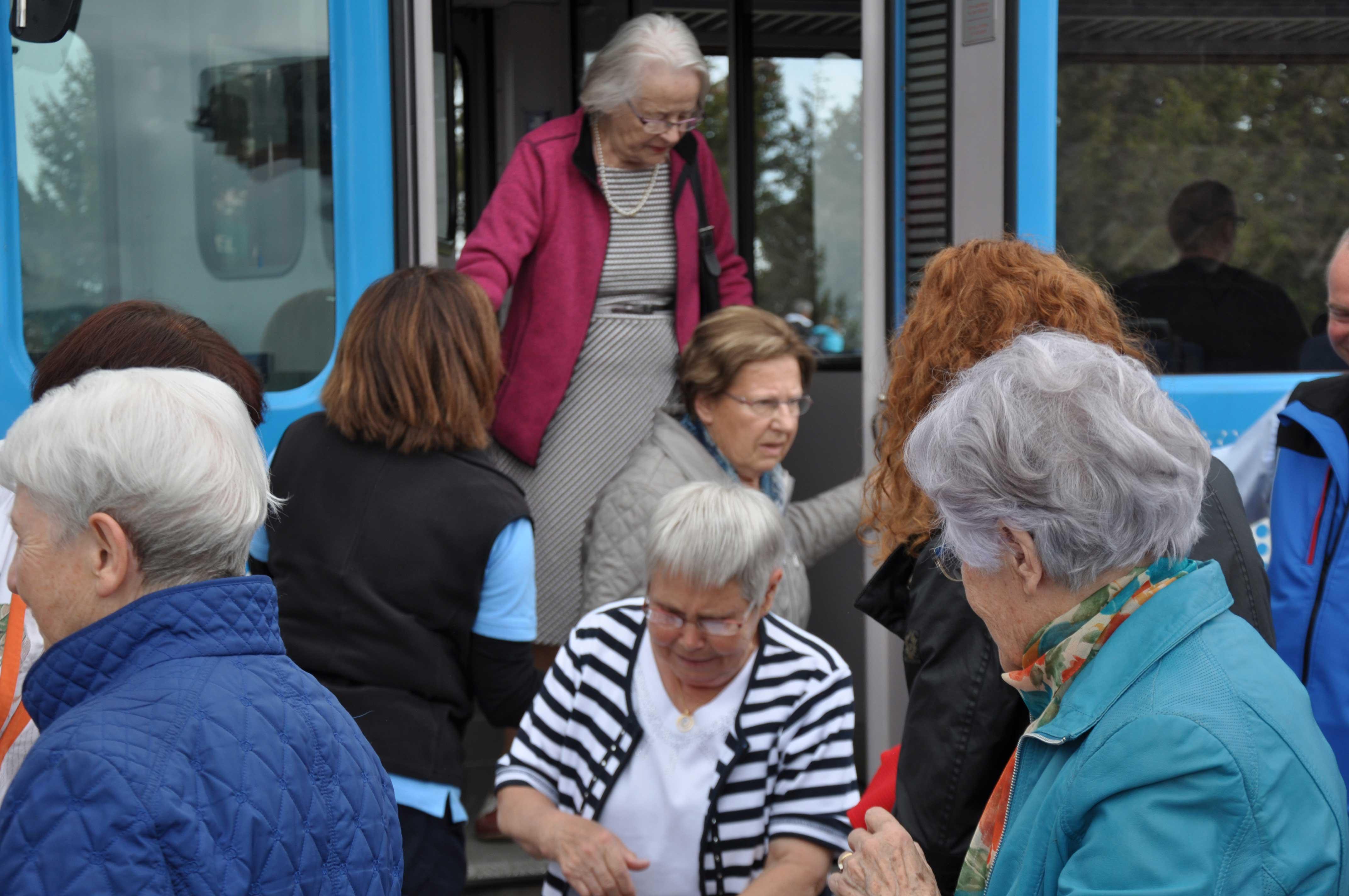 Senioren-Muttertag: Hilfe beim Ausstieg aus Zahnradbahn
