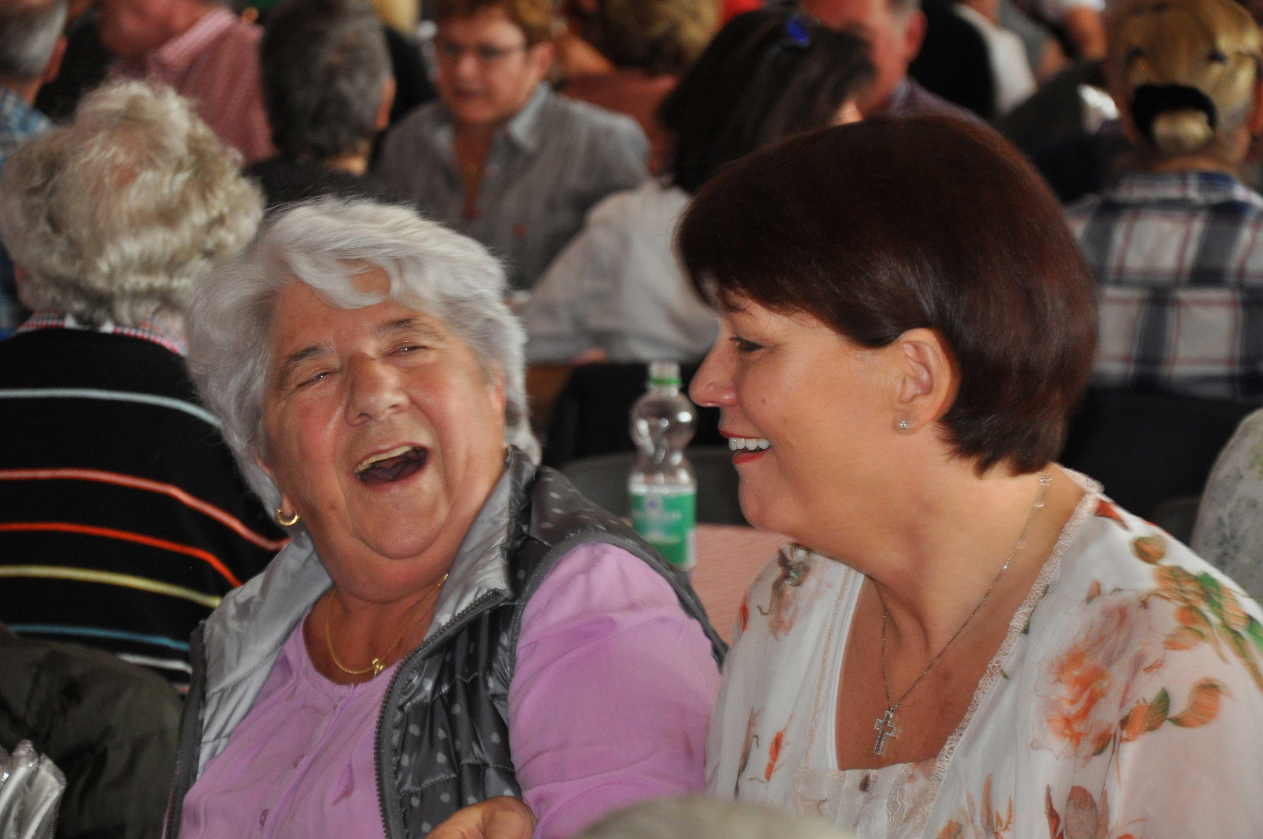 Senioren-Muttertag: Singen mit Seniorin