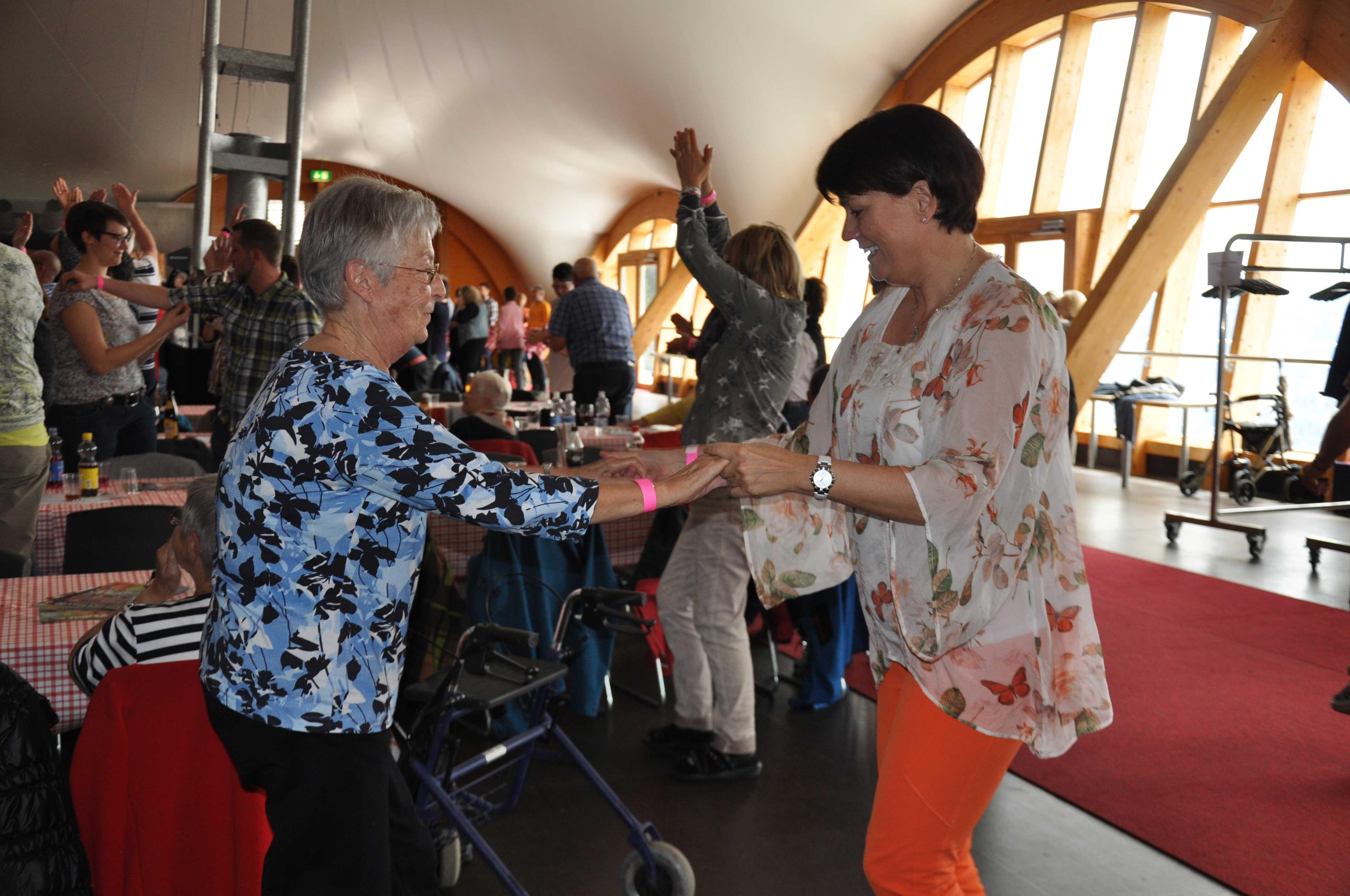 Senioren-Muttertag: Tanzen mit Seniorin