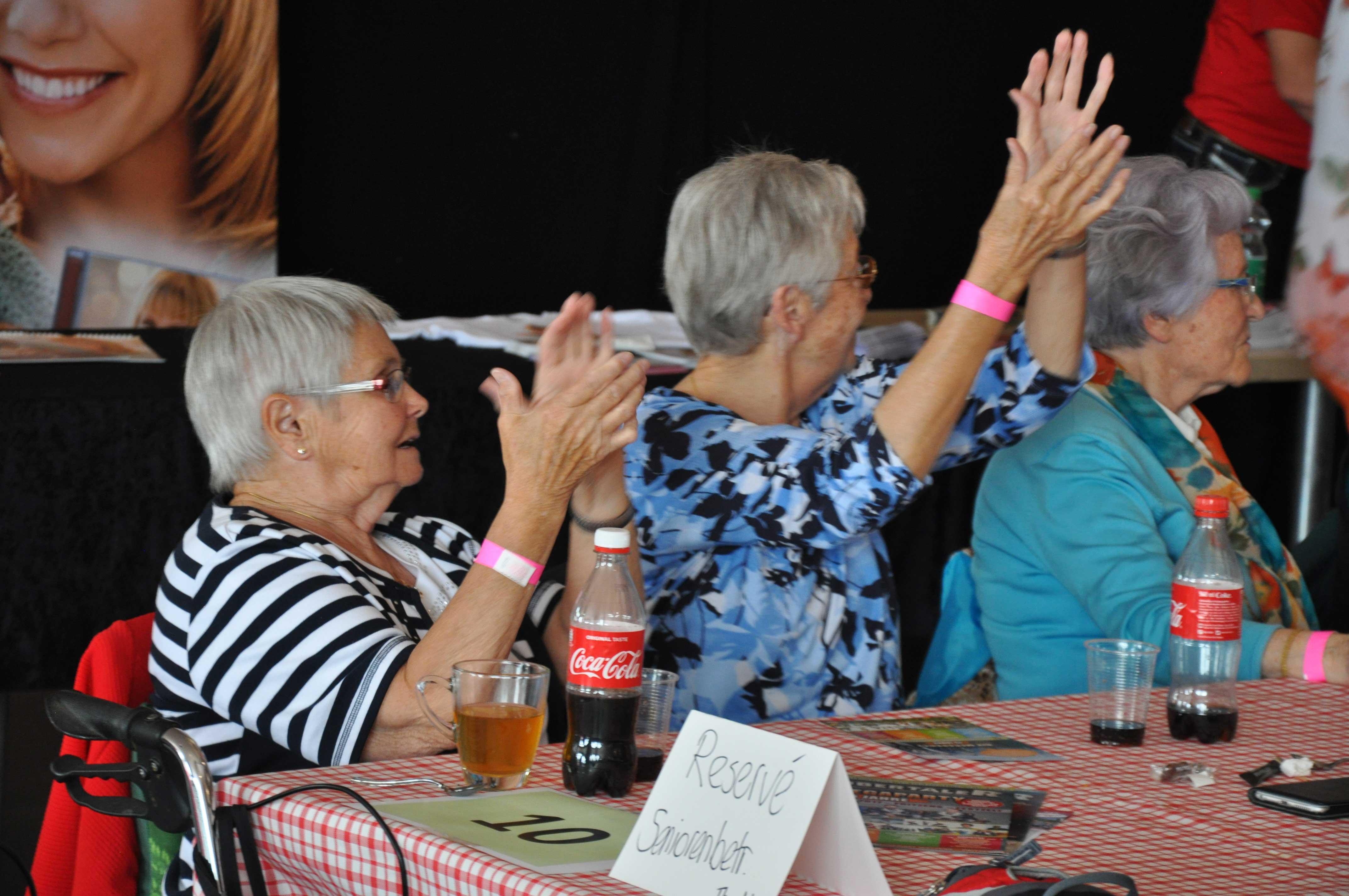 Senioren-Muttertag: Seniorinnen klatschen begeistert mit