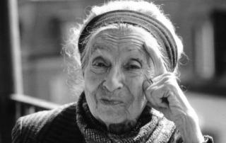 UBA: Ältere Frau mit Stirnband