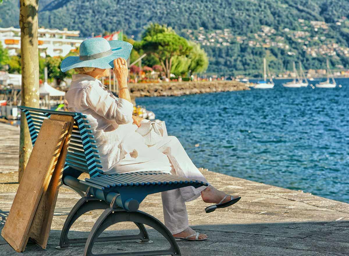Seniorin macht Ferien in der Schweiz am Lago Maggiore.