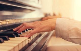 Älterer Mensch am Klavier spielen