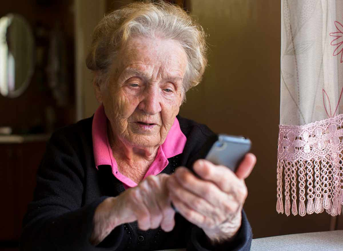 Ältere Frau am Smartphone