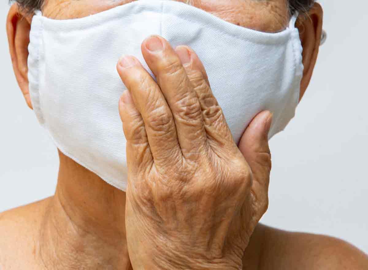 Seniorin mit Maske wegen Corona