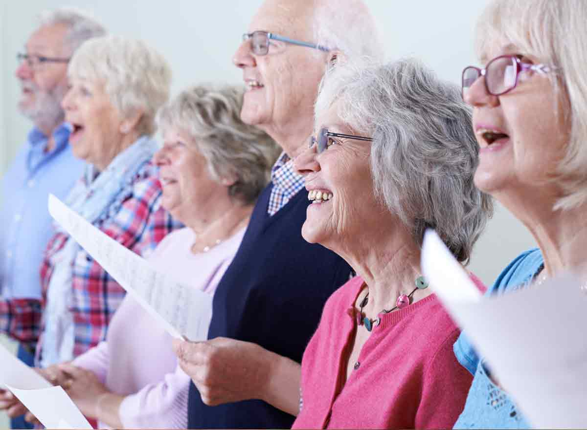 Senioren singen zusammen im Chor