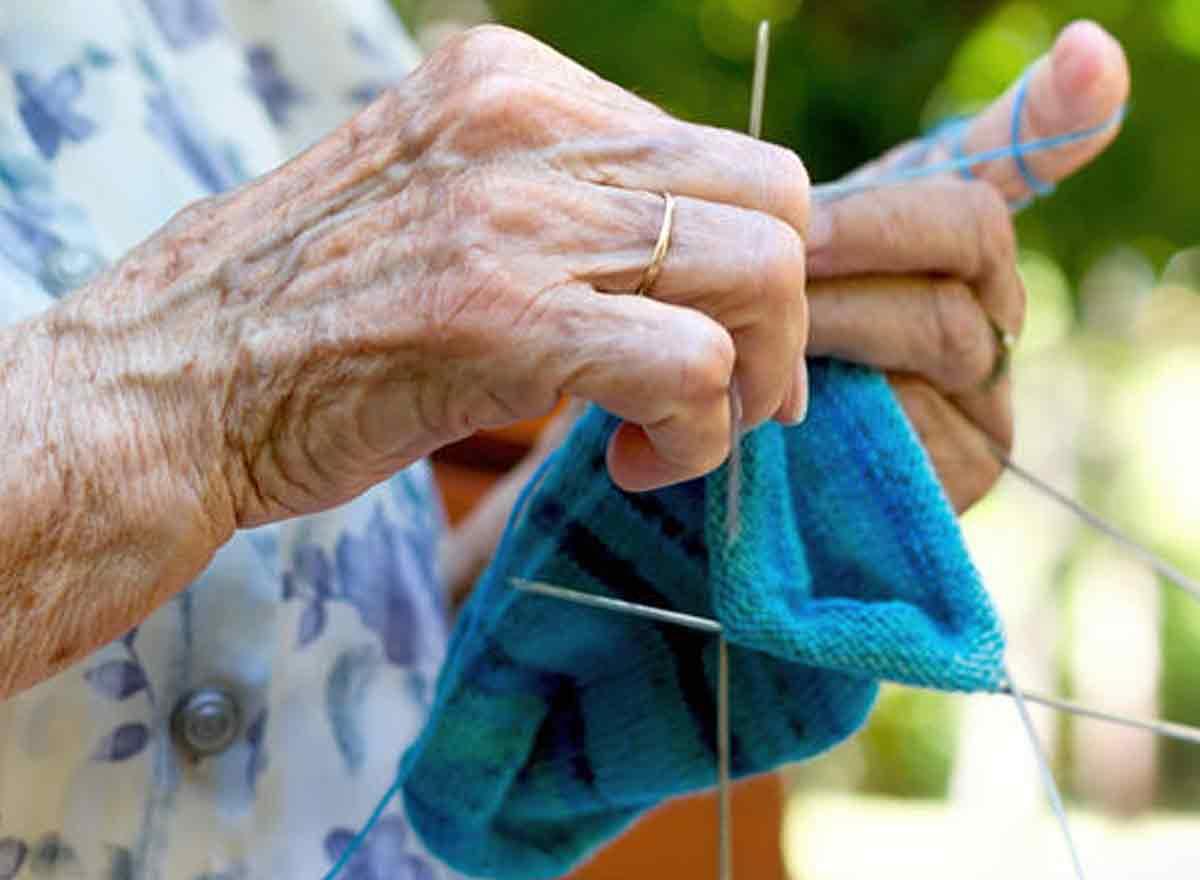 Senioren am Stricken - Beschäftigung zu Hause im Winter
