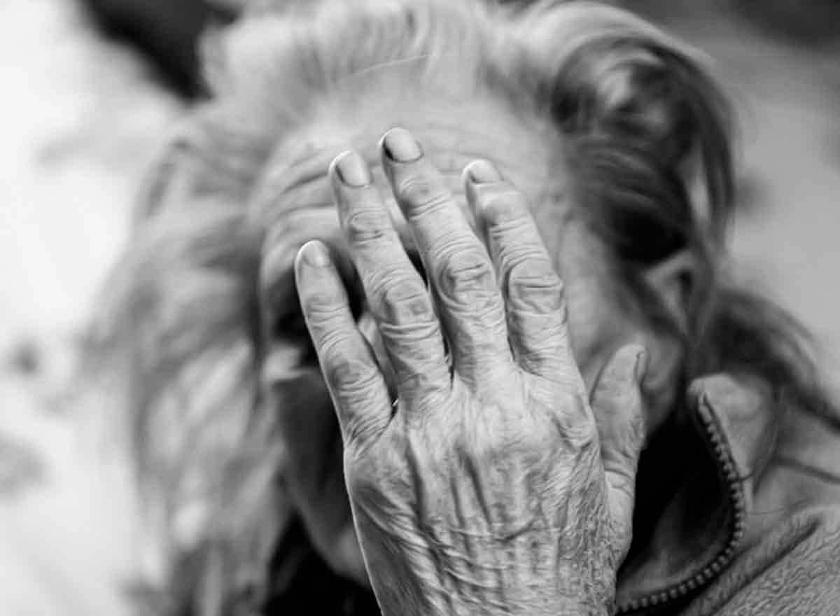 Ältere Frau, die wegen dem Coronavirus, an Depressionen leidet