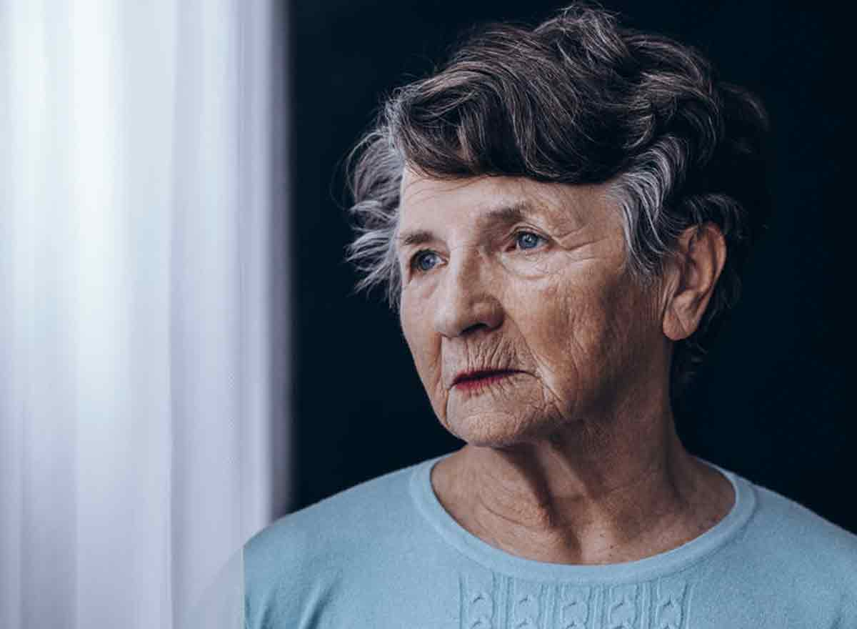 Melancholische ältere Seniorin