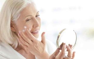Senioren mit Spiegel und Crème