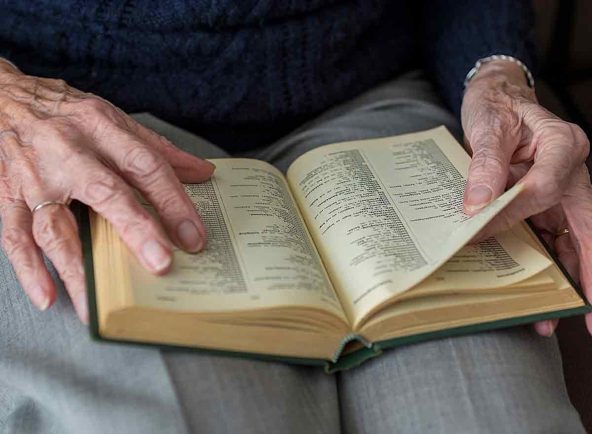 Ältere Seniorin am Studieren